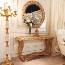 Domus Aurea - Consolle intagliata in legno massello con piano in onice miele, Specchiera intagliata in legno massello