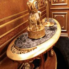 Opera - Dettaglio - Consolle sagomata curva in massello di tiglio intagliata a mano con piano marmo Emperador Brown