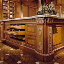 """The Kitchens - Cucina Domus Aurea in noce e radica di erable, finitura noce con particolari in foglia oro. Marmo """"Calacatta Vagli oro."""""""